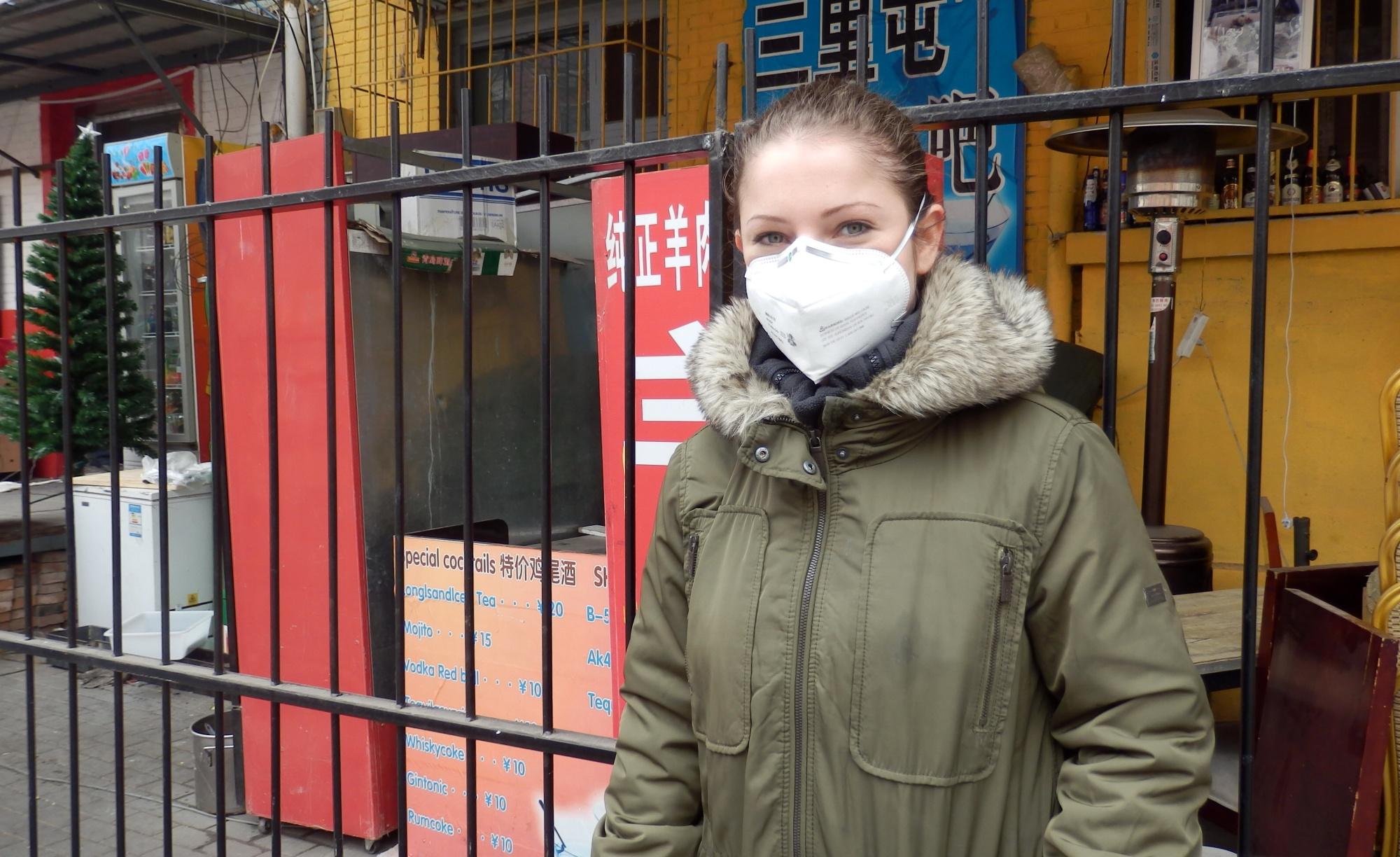 Smog in Bejing- Ganz links steht noch die Weihnachtsdeko